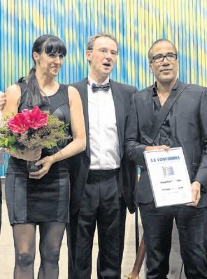 Le président de La Concordia Olivier Schaller (au centre) a remis un diplôme d'honneur à Fred Vonlanthen, accompagné de son épouse / Photo Charly Rappo